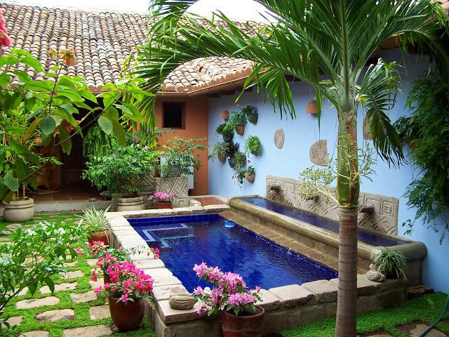Granada property services gps for Imagenes de casas con jardin y piscina